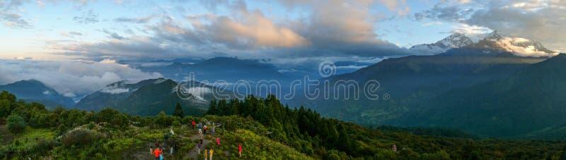 Touristen, die zu Annapurna von Poon Hill, Nepal schauen lizenzfreies stockbild