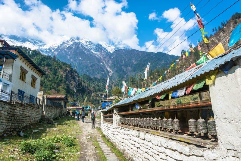 Touristen in einem Bergdorf auf der Bahn um Annapurna, Ne lizenzfreies stockfoto
