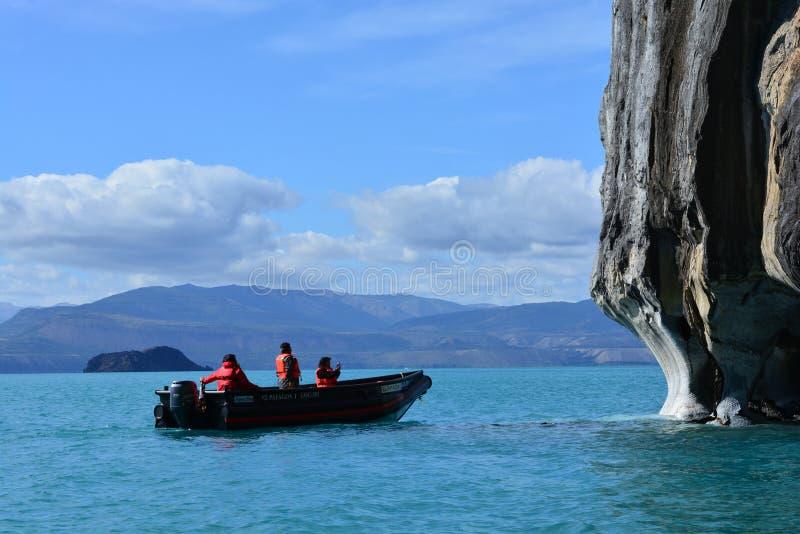 Touristen in einem Boot vor ¡ Capillas de MÃ rmol Felsformationen, Chile lizenzfreie stockfotografie
