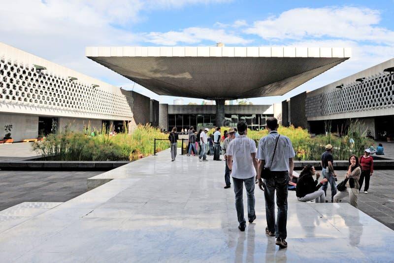 Touristen am Eingang des mexikanischen Nationalmuseums von Anthr lizenzfreies stockfoto