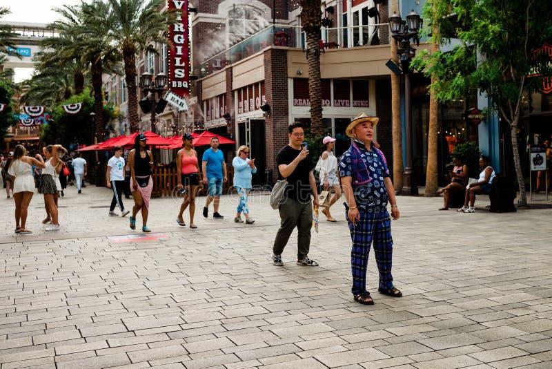 Touristen erkunden Linq, Las Vegas, Nevada lizenzfreie stockbilder