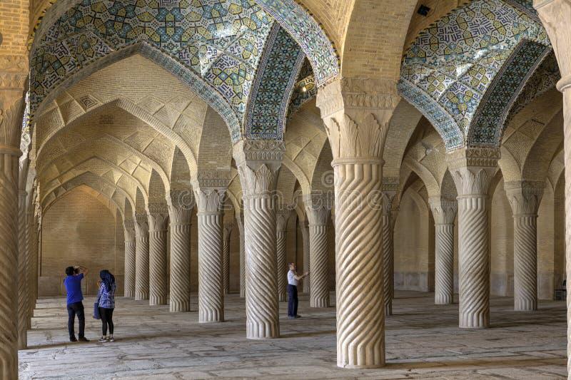 Touristen fotografieren Innenraum der Gebetshalle in Vakil-Moschee, Shi lizenzfreies stockbild