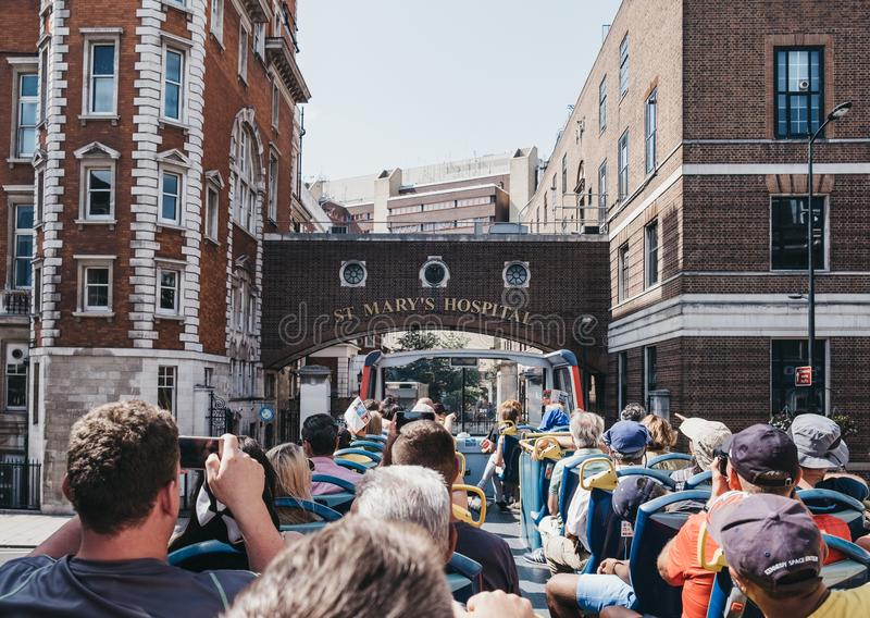 Touristen fotografieren vom obersten Deck des Reisebusses in London, Vereinigtes Königreich stockbilder