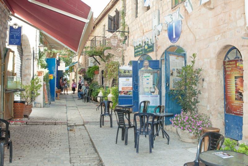 Touristen gehen durch Shops und Kunstgalerien in Safed lizenzfreies stockfoto