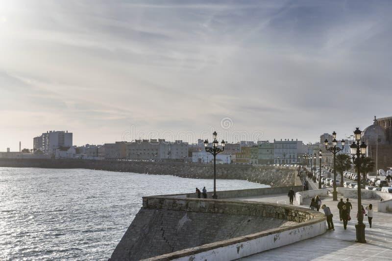 Touristen gehen während eines ruhigen Frühlingsabends, Stadtzentrum von Cadiz lizenzfreie stockfotos