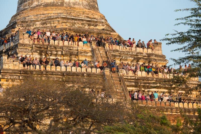 Touristen geklettert zur Pagode, um Fotos des Sonnenuntergangs über Bagan zu machen, Myanmar, Birma lizenzfreie stockfotografie