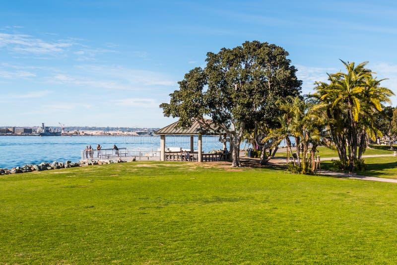 Touristen genießen Ansicht von San Diego Bay von übersehen lizenzfreies stockfoto