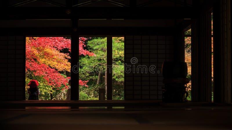 Touristen genießen Fallfarben bei Nanzen-ji, Kyoto lizenzfreie stockbilder