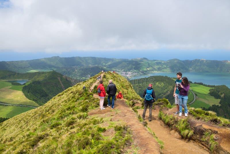 Touristen genießen von der schönen Ansicht von Boca tun Inferno in Insel Azoren lizenzfreies stockbild