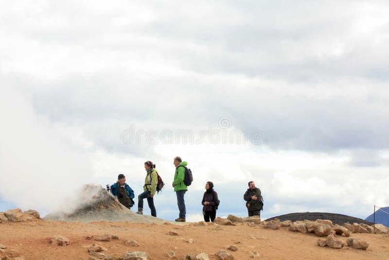 Touristen, geothermic Aktivität in Island beobachtend lizenzfreie stockbilder