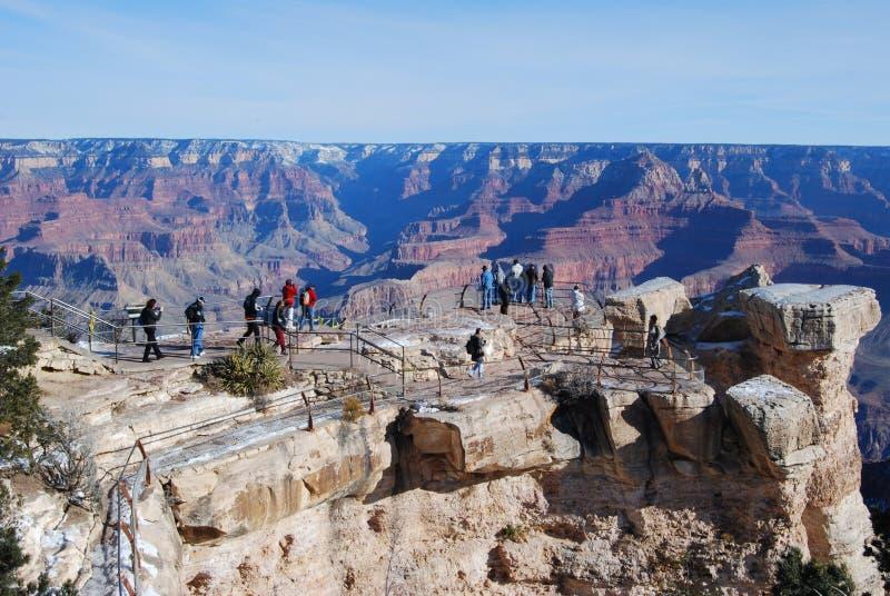 Touristen am Grand Canyon übersehen stockfotografie