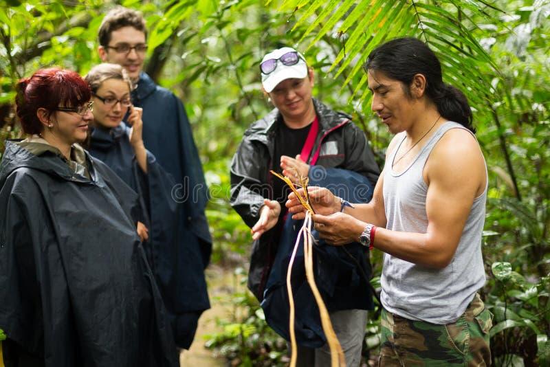 Touristen gruppieren in Amazonas-Gebiet lizenzfreie stockbilder