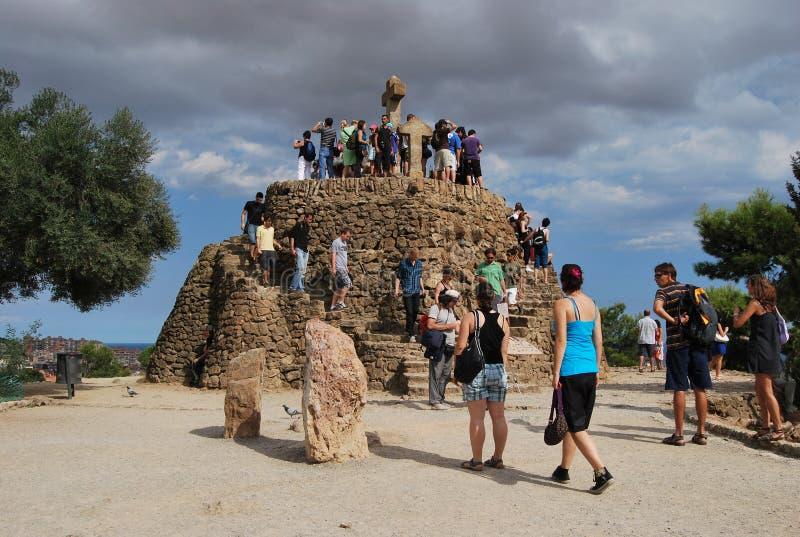 Touristen in Guell-Park lizenzfreie stockfotografie