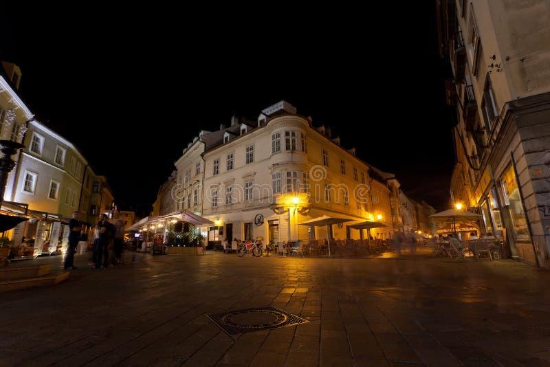 Touristen haben einen Rest am Abend im Café und in den Restaurants lizenzfreies stockbild