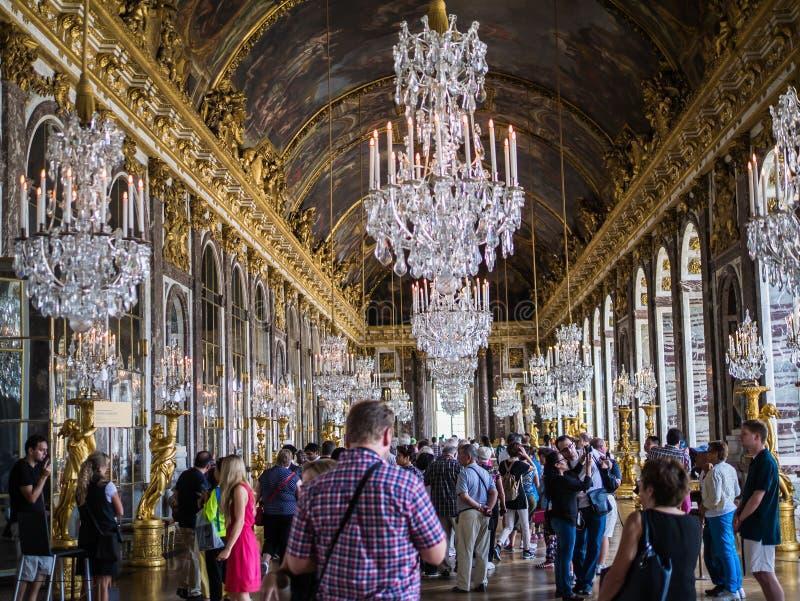 Touristen in Hall von Spiegeln an Versailles-Palast, Frankreich stockfotografie