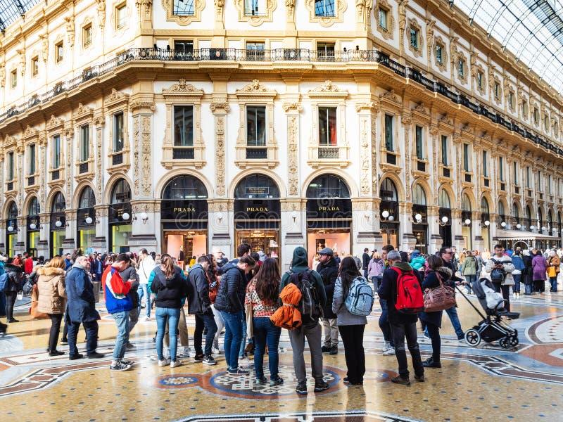 Touristen im Galleria Vittorio Emanuele II in Mailand lizenzfreie stockfotos