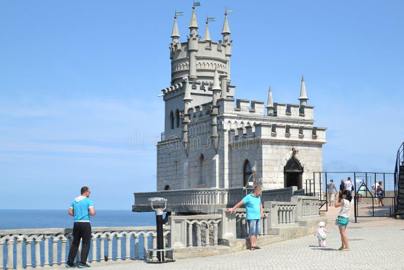 Touristen im Nest der Schlossschwalbe in Krim lizenzfreie stockfotos