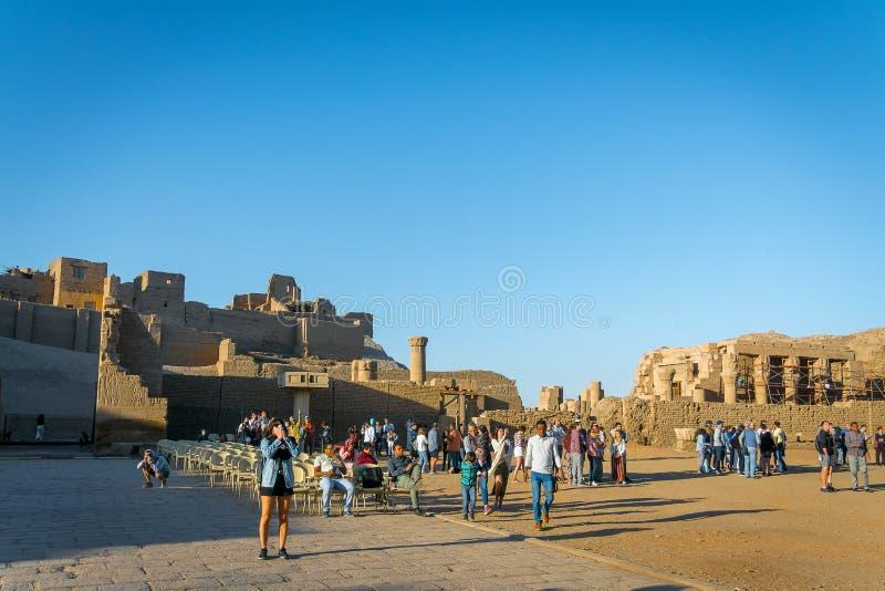 Touristen innerhalb des Tempels von Edfu ?gypten im April 2019 lizenzfreie stockfotografie