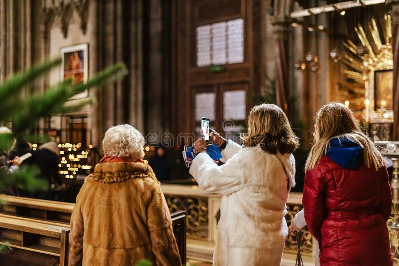 Touristen innerhalb St Stephen Kathedrale lizenzfreie stockfotos