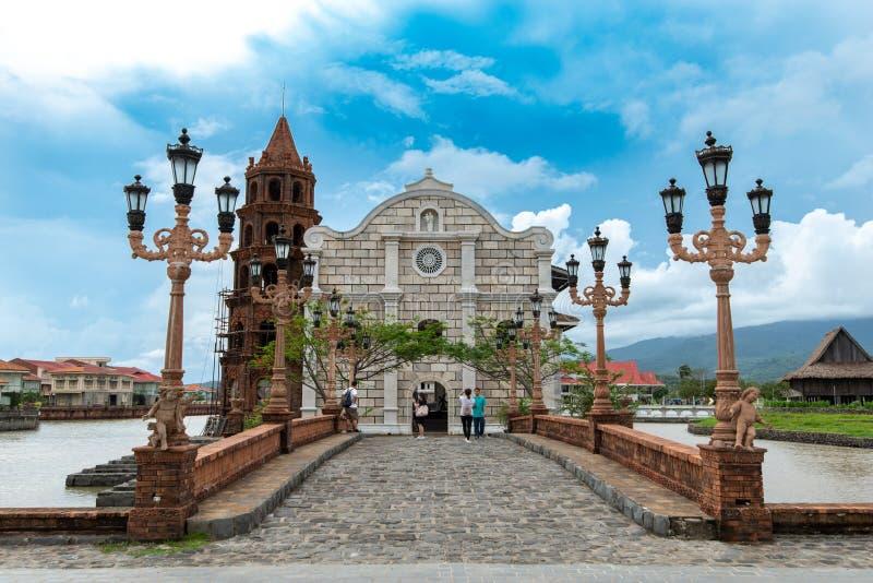 Touristen Juns 30,2018, die Fotos vor den Las-Casafilipinen Kathedrale, Bataan, Philippinen machen stockfotos