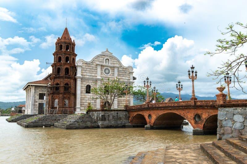 Touristen Juns 30,2018, die Fotos vor den Las-Casafilipinen Kathedrale, Bataan, Philippinen machen stockfoto
