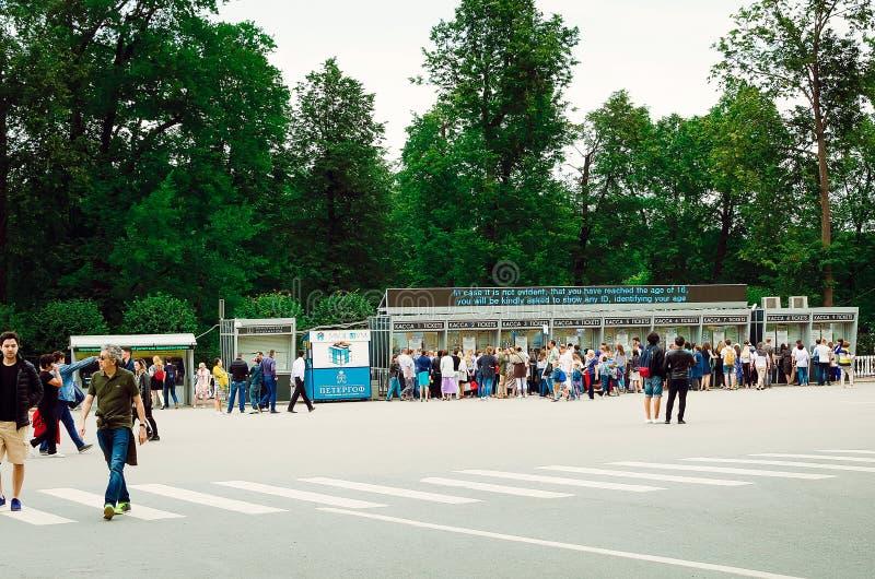 Touristen kaufen Karten für die Exkursion zu Peterhof in St Petersburg lizenzfreies stockfoto