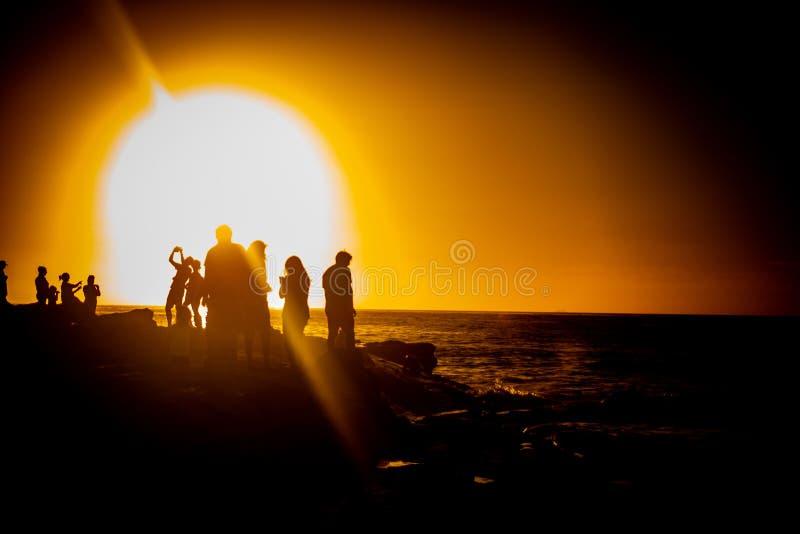 Touristen in La Jolla bei Sonnenuntergang stockbild