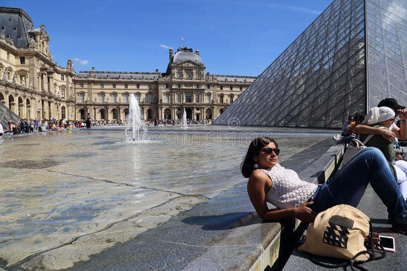 Touristen am Louvre-Museum in Paris, Frankreich lizenzfreie stockbilder