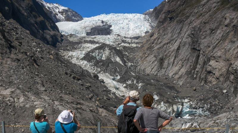 Touristen machen Fotos von Gletscher Franz Josef in Neuseeland stockfoto