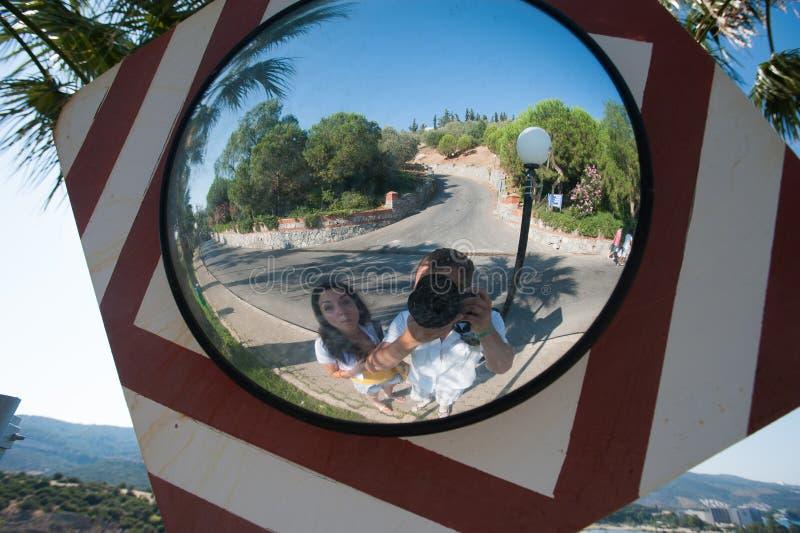 Touristen machen im Urlaub Fotos Touristen machen Fotos von selbst im Spiegel auf der Kamera stockfotos