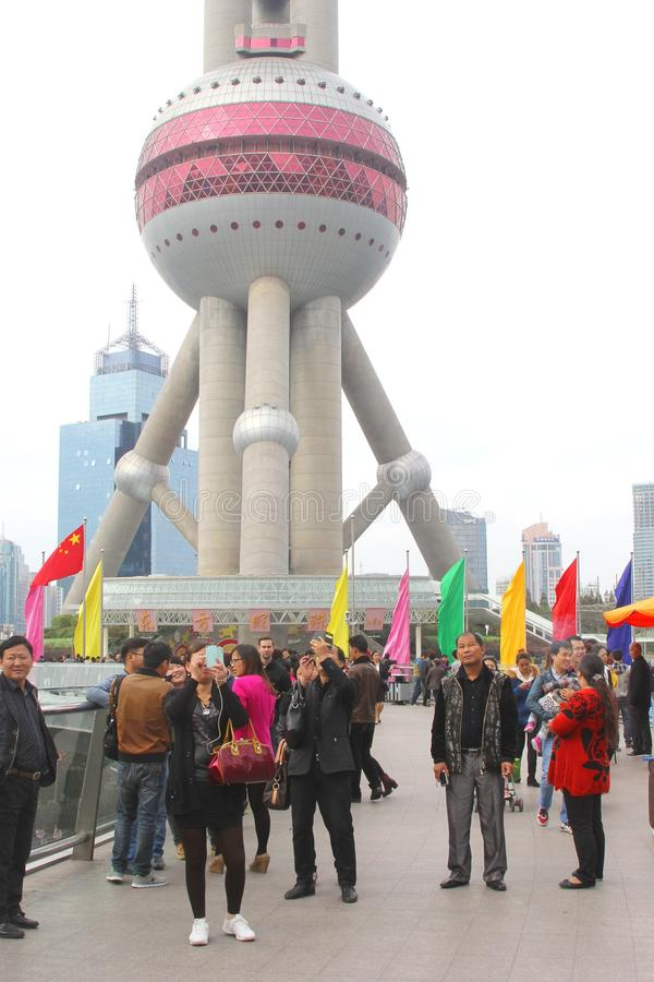 Touristen machen selfies am Perlen-Turm in Shanghai, China lizenzfreie stockfotos