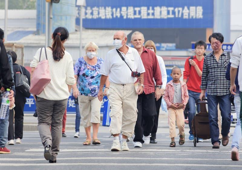 Touristen mit Atemschutz gegen schweren Smog, Peking, China lizenzfreie stockfotografie