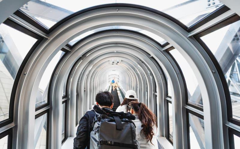 Touristen mit dem Rucksack, der oben Tunnelrolltreppe im Umeda-Himmelgebäude in Osaka, Japan geht lizenzfreie stockbilder