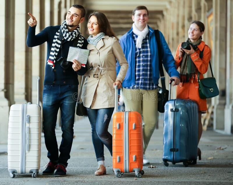 Touristen mit Karte und Gepäck lizenzfreies stockbild