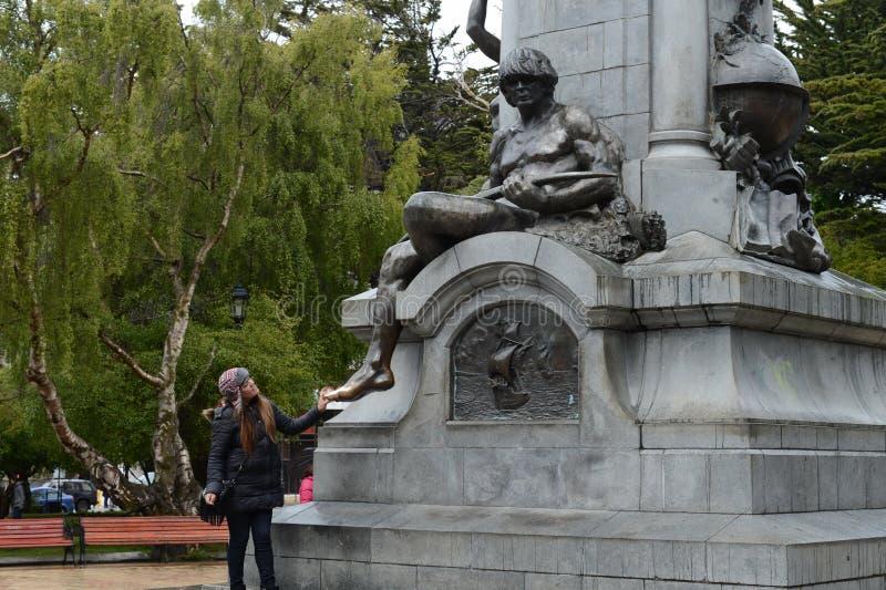 Touristen am Monument zu Fernando Magellan in Punta Arenas stockfotos