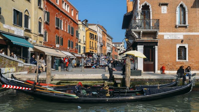 Touristen nahe bei einer Gondel auf schmalem Kanal lizenzfreies stockbild