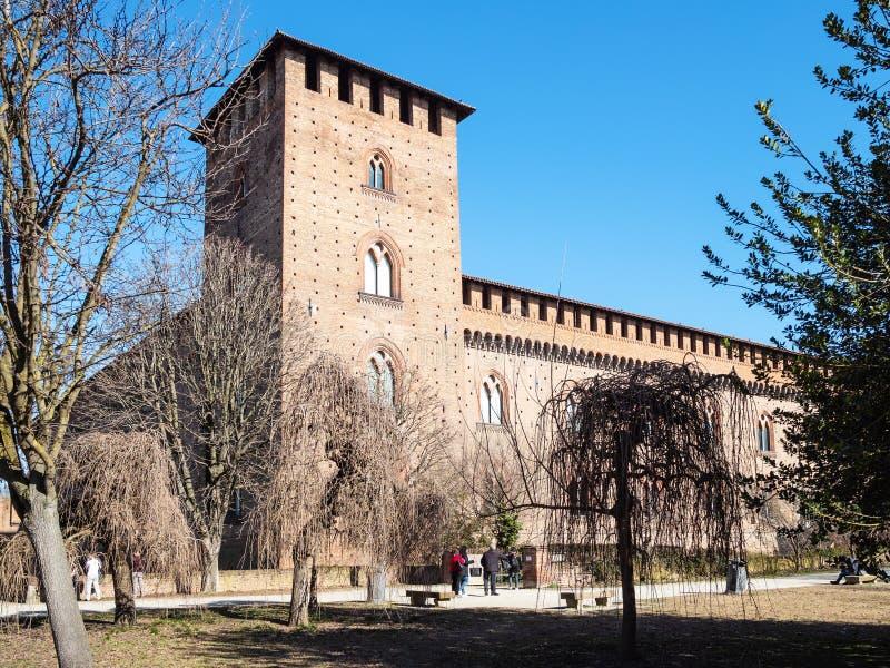 Touristen nahe Castello Visconteo in Pavia-Stadt lizenzfreie stockfotos