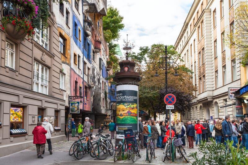 Touristen nahe Hundertwasser-Haus in Wien lizenzfreie stockfotografie