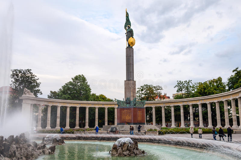 Touristen nahe sowjetischem Kriegs-Denkmal in Wien lizenzfreies stockfoto