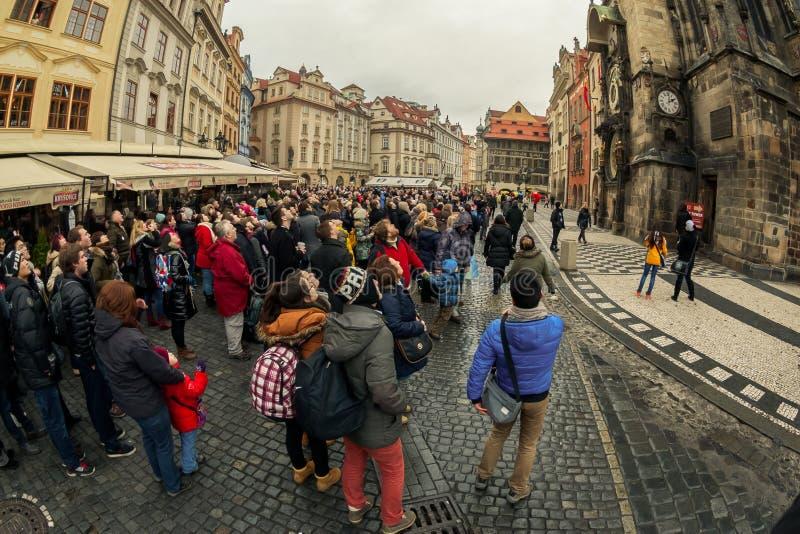 Touristen passen astronomische Uhr in Prag auf lizenzfreie stockbilder