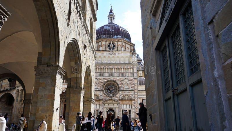 Touristen in Piazza Duomo mit Kapelle Cappella Colleoni, Ansicht vom Marktplatz Vecchia, Bergamo, Italien stockbild
