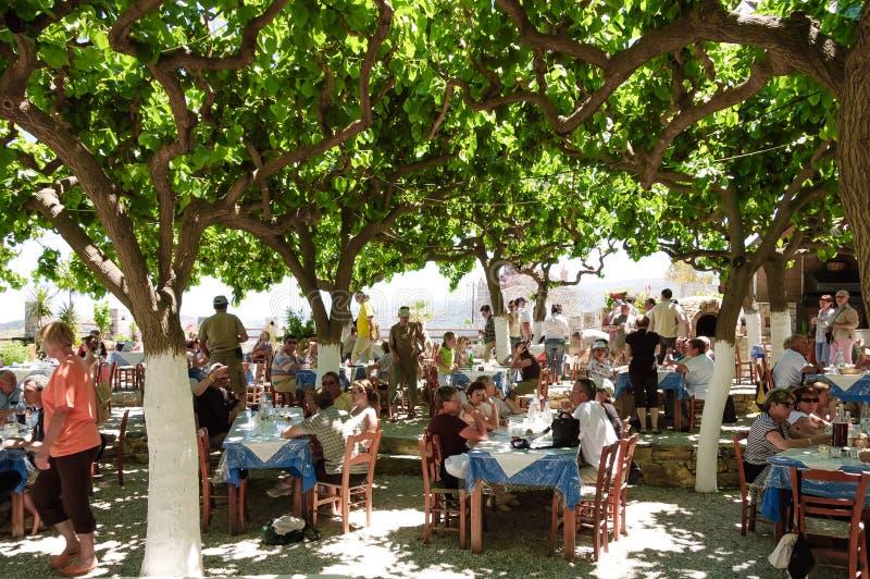 Touristen am Restaurant lizenzfreie stockbilder