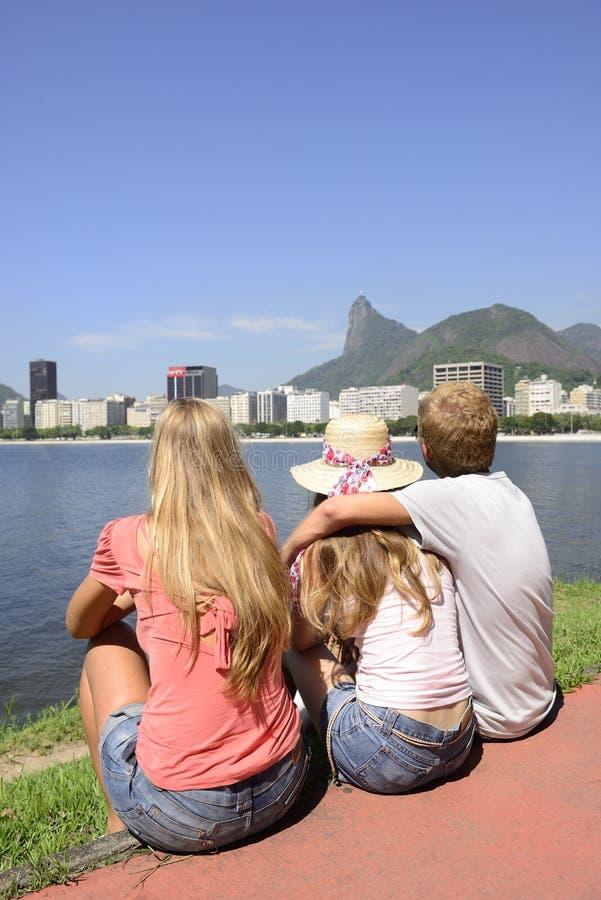 Touristen in Rio de Janeiro mit Christus der Erlöser im Hintergrund. lizenzfreie stockfotos