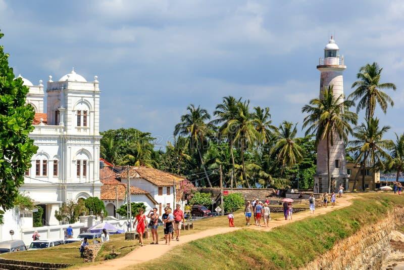 Touristen schauen um die Festungswand an einem sonnigen Tag stockbild