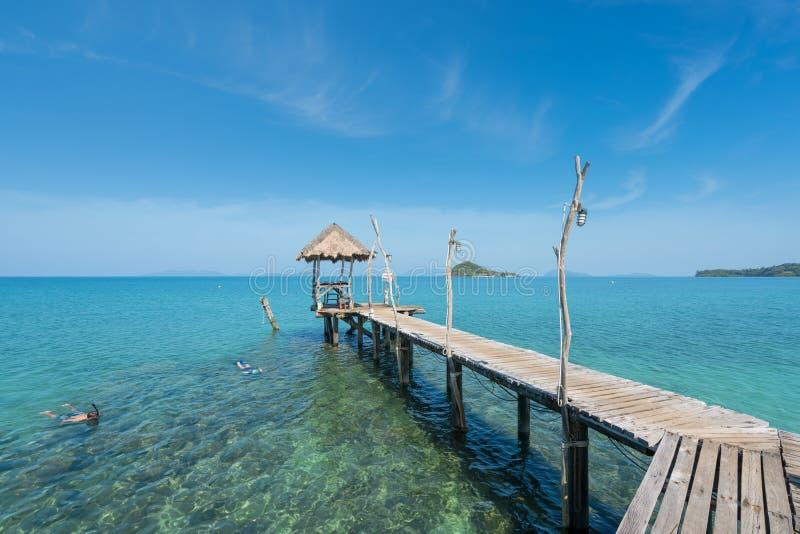Touristen schnorcheln im Kristalltürkiswasser nahe tropischem Erholungsort lizenzfreies stockbild