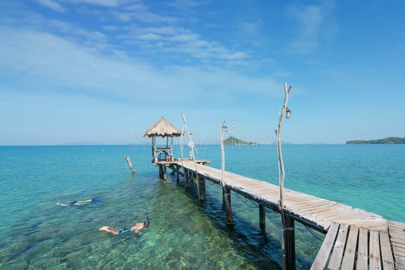 Touristen schnorcheln im Kristalltürkiswasser nahe tropischem Erholungsort in Phuket, Thailand Sommer-, Ferien-, Reise- und Feier stockbilder