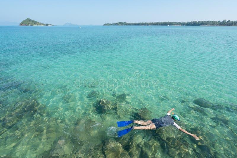 Touristen schnorcheln im Kristalltürkiswasser nahe tropischem Erholungsort in Phuket, Thailand Sommer-, Ferien-, Reise- und Feier lizenzfreies stockbild