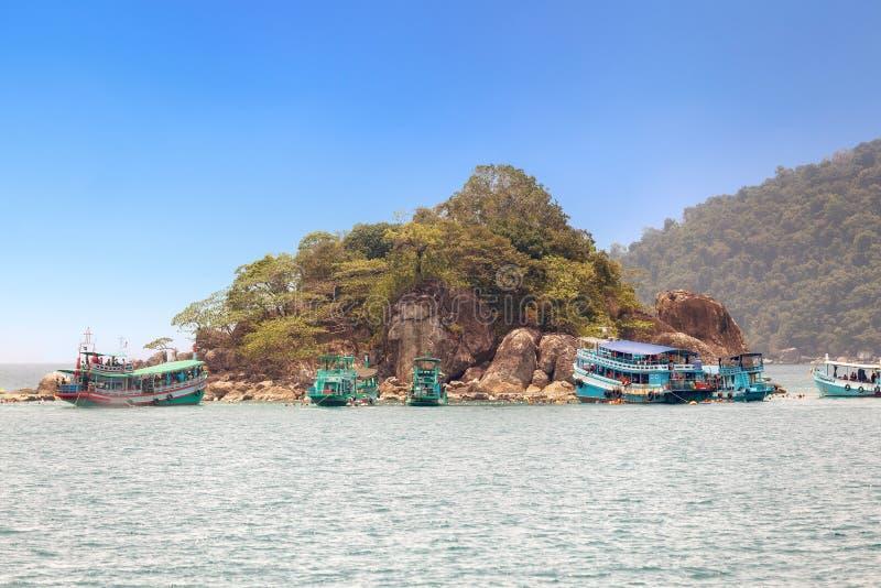 Touristen sind genießen, bei Koh Yak Lek unter Wasser zu schnorcheln (Insel stockbilder