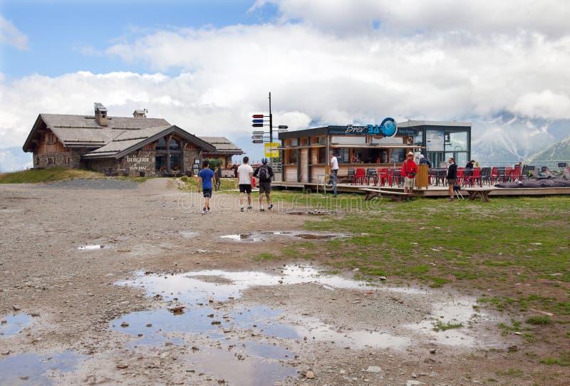 Touristen sind Rest am Gebirgscafé eingeschaltet lizenzfreie stockfotografie