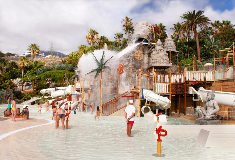 "Touristen stehen im waterpark ""Siam Park"" still. stockfoto"